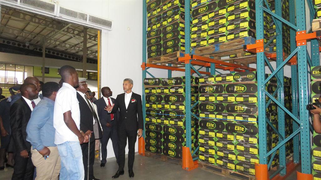 NEED Fysal Berner of Fysal Fresh Produce shows former President Hifikepunye Pohamba the produce in an AMTA cold storage facility. PHOTO ILENI NANDJATO & AMTA appeals for value-addition - Agriculture - EWI